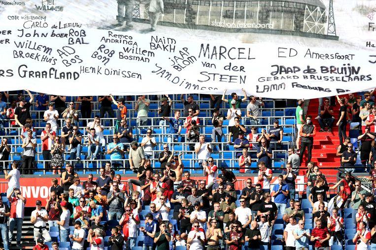 Tijdens de wedstrijd Feyenoord-FC Twente klonken zondag luide spreekkoren en hielden fans zich niet aan de afstandsmaatregel. Beeld ANP