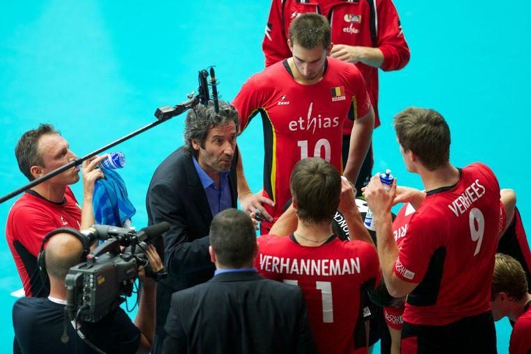 (Achief). Dominique Baeyens spreekt als bondscoach zijn manschappen toe.
