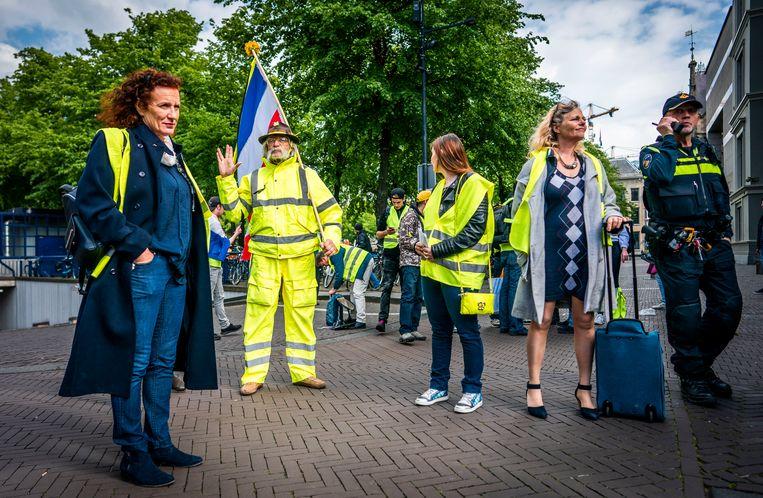 Gele hesjes, met Ingeborg Westerhoff vooraan, voordat ze op bezoek gaan bij premier Rutte. Beeld Freek van den Bergh / de Volkskrant