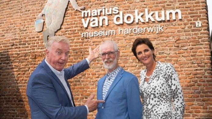 André van Duin, Marius van Dokkum en museumdirecteur Corien van der Meulen bij het Marius van Dokkum Museum in Harderwijk