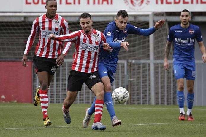 Bryan Sirvania (rechts), hier in actie tegen Jong Sparta, mag als dispensatiespeler nog meedoen met het nieuw te vormen Onder 21-team van De Treffers.