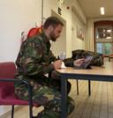 Derk Boswijk, tijdens militaire training deelnemen aan een online Provinciale Statenvergadering