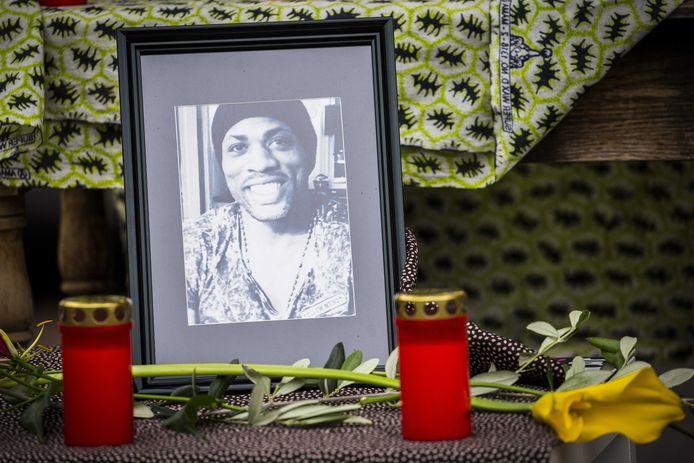Op de plek waar Tomy Holten werd gearresteerd, werden na zijn dood bloemen neergelegd.