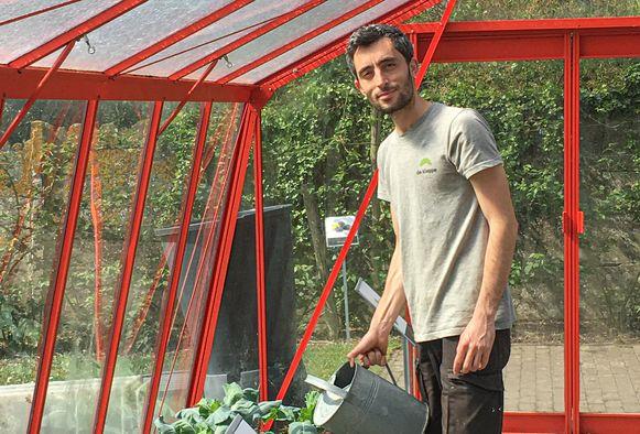 Khalil aan het werk in de serre.