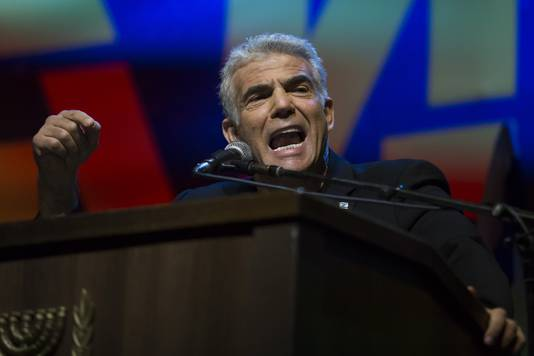 Yair Lapid, en van de leiders van de oppositie-alliante Blauw en Wit, tijdens zijn toespraak gedurende de protesten tegen Benjamin Netanyahu.