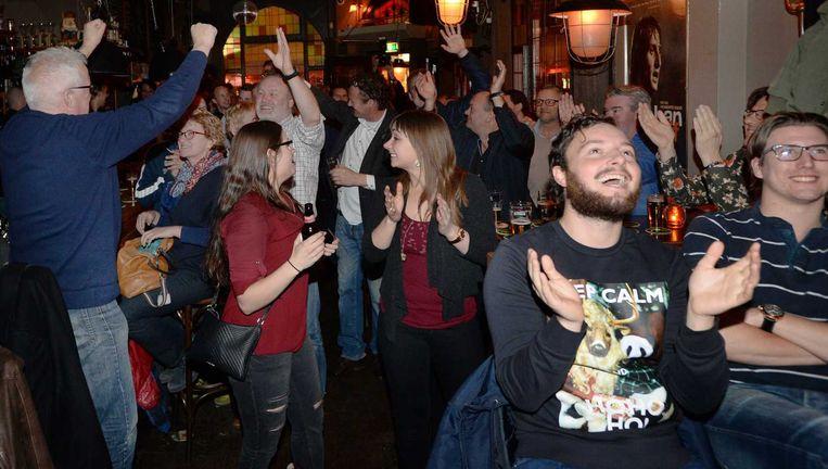 NEC-fans juichen in een Nijmeegs café als hun club op voorsprong komt tegen Sparta. Beeld ANP