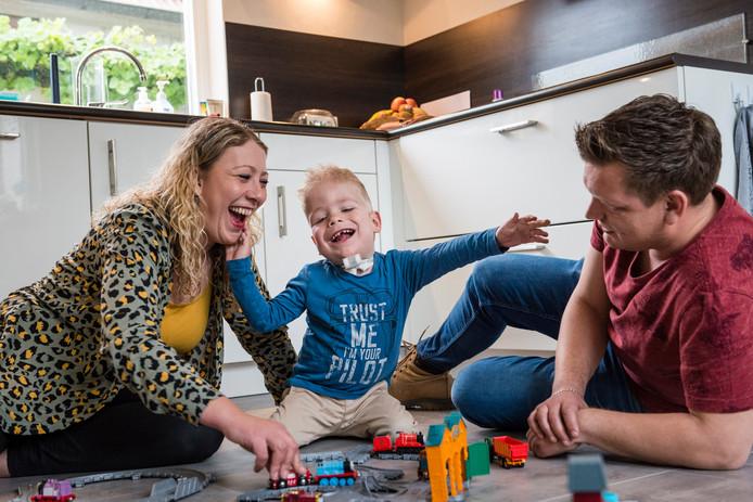 V.l.n.r.: Leoni, Jens en Ian Harmsen.  Voor de 4-jarige Jens, die een onverklaarbare ziekte heeft, zamelt oud-verpleegkundige Marjon Verburg  geld in voor een rolstoelbus.
