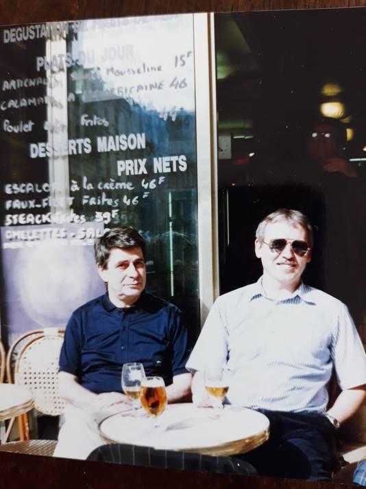Hans Strootman(rechts) naast de Kathedraal op een terrasje in de Rue du Cloître Notre-Dame.