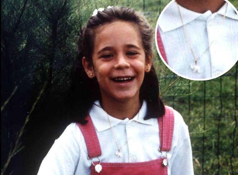 Een foto van Julie Lejeune waarop ze het doopjuweel draagt waarin haar geboortedatum en naam gegraveerd staan.