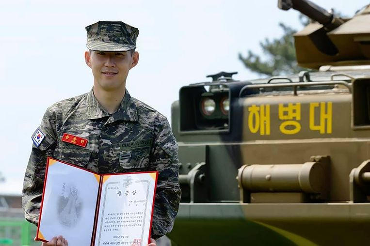 Son Heung-min met zijn prijs tijdens de afsluitende ceremonie.  Beeld AP
