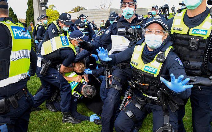 Zeker 15 mensen gearresteerd tijdens anti-lockdownprotesten in Melbourne.