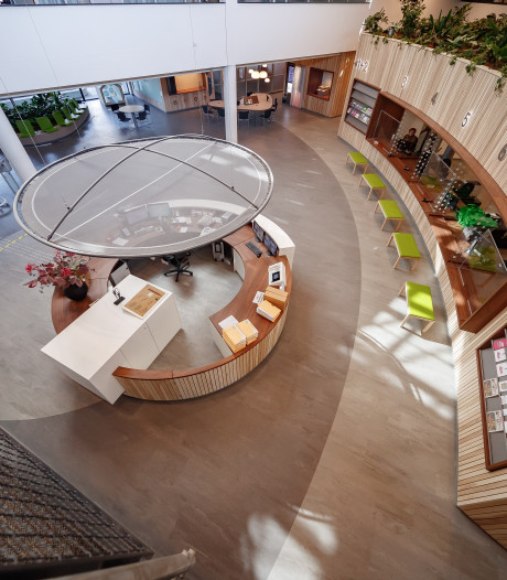 Metamorfose hal gemeentehuis bijna klaar: eigentijdser en veel sfeervoller