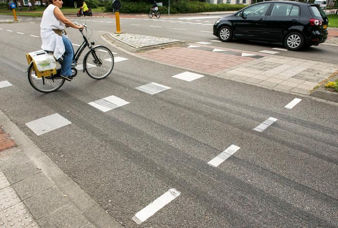 Remsporen op de Hoofdweg in Harderwijk getuigen van het dodelijke ongeluk dat hier plaatsvond.