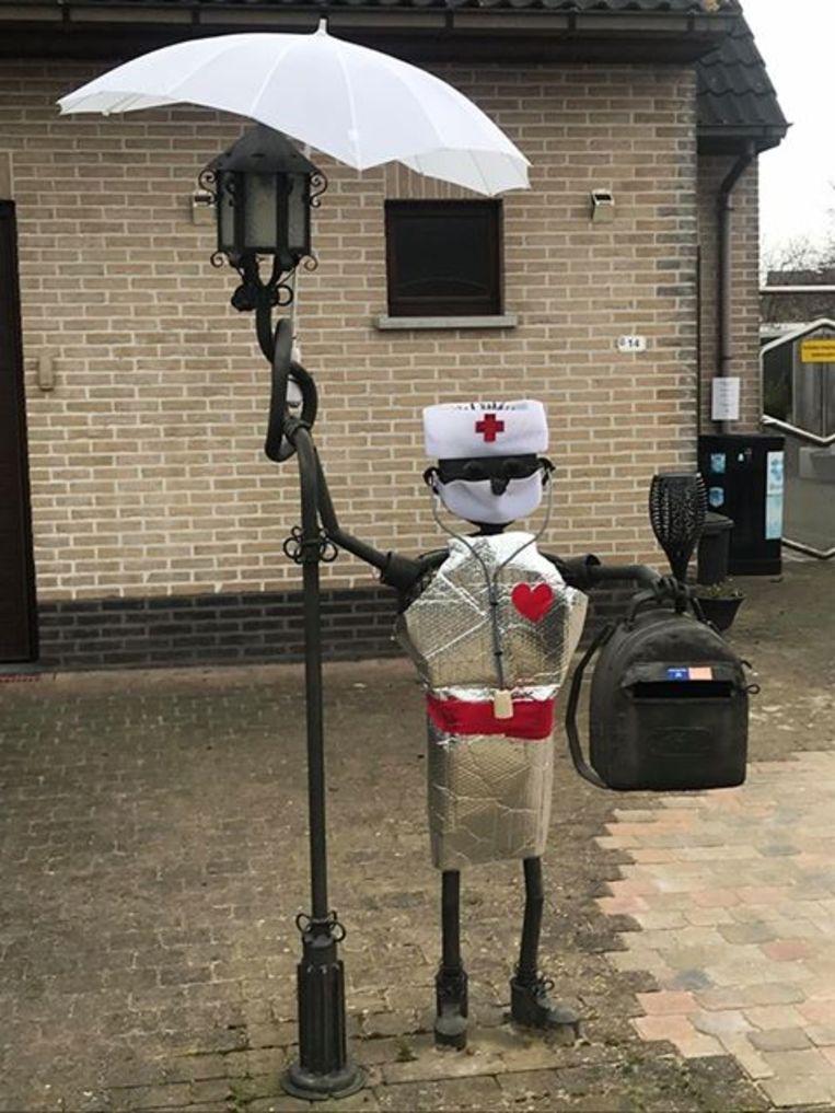 De brievenbus van Peggy en Gunther is tegenwoordig ook verpleegster.