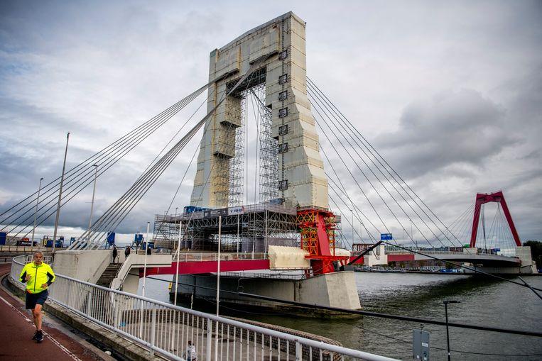 Tijdens renovatiewerkzaamheden aan de Willemsbrug in Rotterdam, dit najaar begonnen,  zou er bij het spuiten van de brug asbest zijn vrijgekomen. Beeld Hollandse Hoogte / Frank de Roo