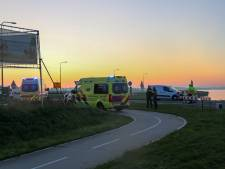 Fietser en scooterrijder botsen hard op Knardijk bij Zeewolde
