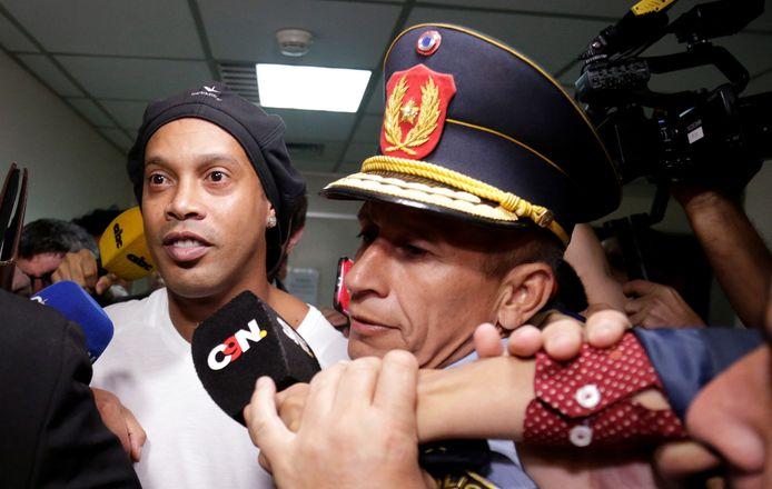 Ronaldinho a dans un premier temps été relâché après un interrogatoire avant d'être rattrapé par le ministère public.
