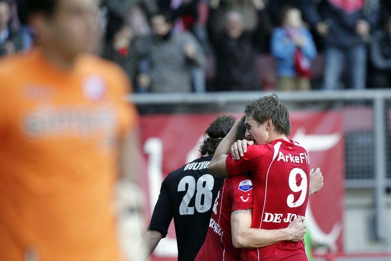 FC Twente-speler Luuk de Jong (rechts) bedankt Tim Conelisse voor de voorzet na het scoren van de openingstreffer tijdens de eredivisiewedstrijd tegen FC Utrecht in februari 2012. Beeld anp
