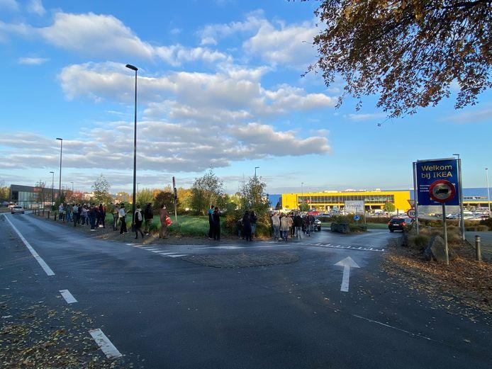 Er staat een enorme rij aan Ikea Zaventem.