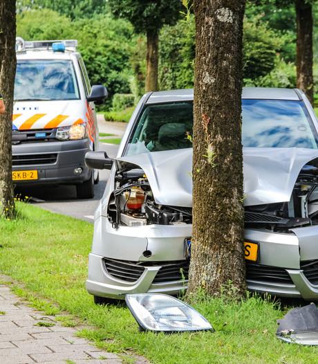 Automobilist knalt tegen boom in Neede