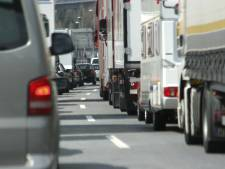 File op A50 bij Ravenstein richting Arnhem door ongeluk met vijf auto's, vertraging neemt af
