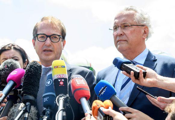Federaal minister van Verkeer Dobrindt (l.) en Beiers minister van Binnenlandse Zaken Herrmann op een persconferentie na het ongeval.
