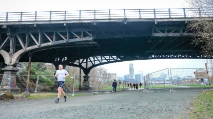 Jubelfeestbrug boven park Thurn & Taxis staat te koop want NMBS wil er liever vanaf