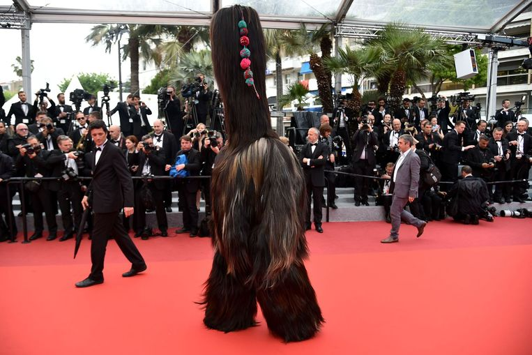 Een man draagt een harig kostuum ter promotie van de film Toni Erdmann. Beeld afp