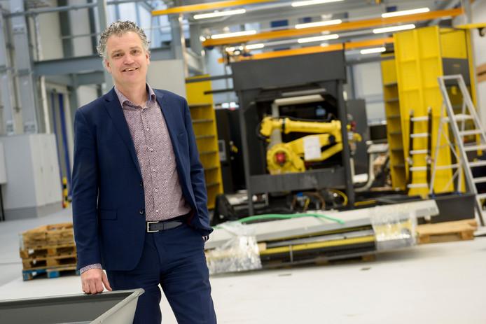 Edward Voncken bij een van de tachtig machines die na verhuizing vanuit Croy in de BIC worden opgebouwd.
