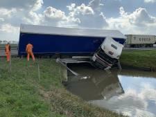 Vrachtwagen belandt in water naast A15 richting Gorkum: weg pas na de spits vrij