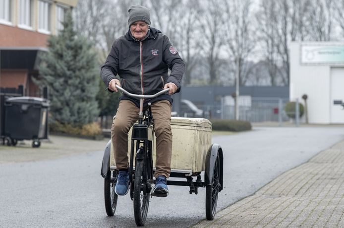 Hans Compter op zijn unieke Gazelle bakfiets.