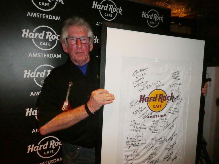 Rotterdammer Henk Rijpstra bezocht Hard Rock Café Amsterdam duizend keer. Binnenkort opent een Hard Rock Café in Den Haag. 'Ik blijf hier wel komen.' Beeld Hans van der Beek