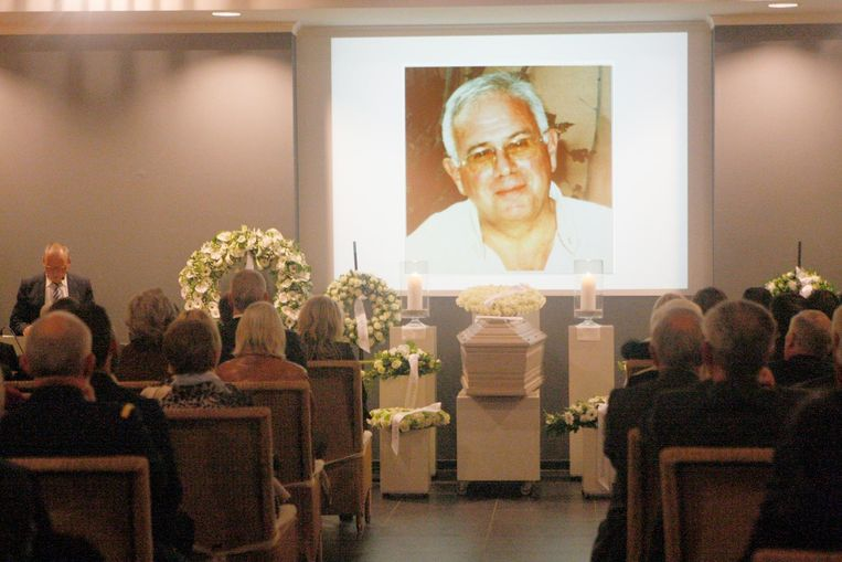 Boven de kist hing een levensgroot portret van de overleden huisdokter en gemeenteraadslid Paul De Graef.