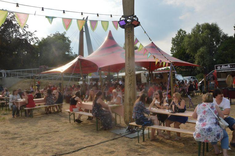 Heel wat mensen genieten van een hapje op het Foodtruckfestival.