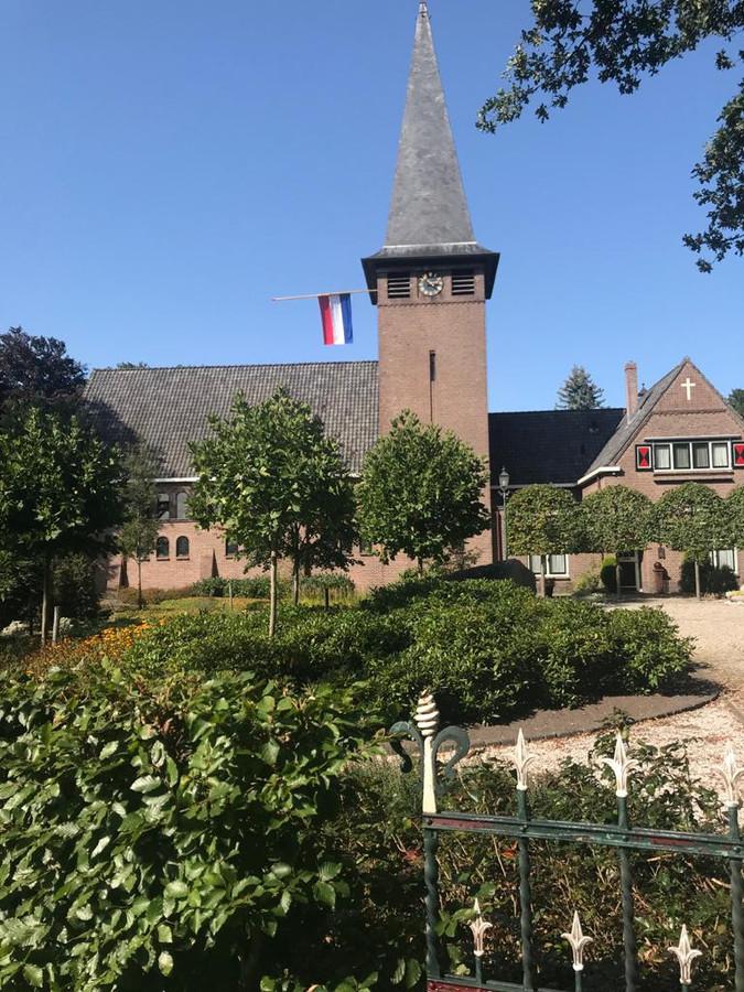 Het dorp komt in verzet: in de toren hangt de vlag halfstok.