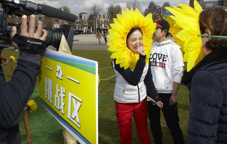 Actrice Ariel Lin (links) en Meng Wang, viervoudig olympisch shorttrackkampioene. Beeld Jan Dirk van der Burg