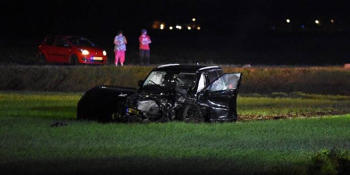Een van de betrokken auto's kwam in het weiland terecht.