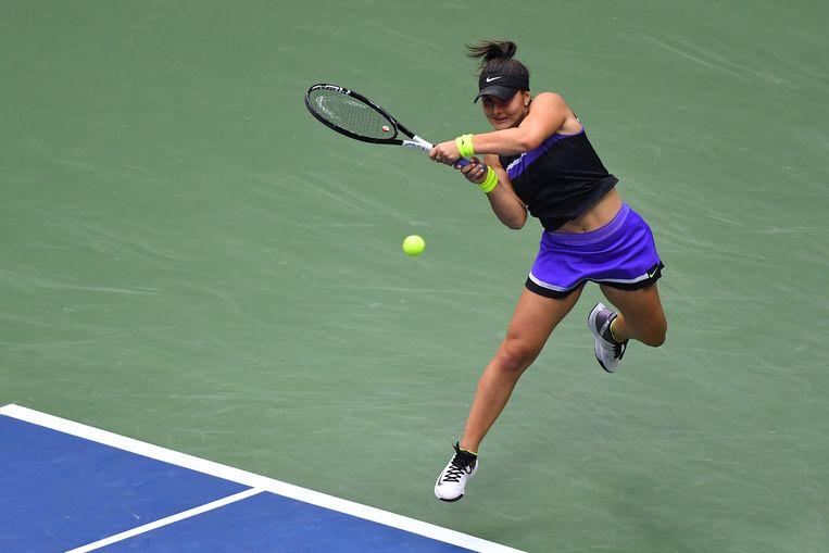 De Canadese tiener Bianca Andreescu slaat een return tegen Serena Williams in de vrouwenfinale van de US Open. Beeld AFP