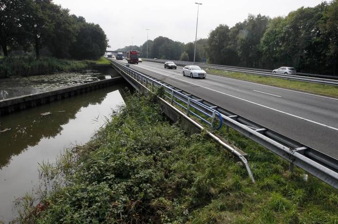 Het Apeldoorns kanaal stroomt onder de A50 door