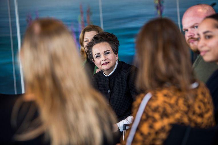Staatssecretaris Van Huffelen in gesprek met door de Belastingdienst gedupeerde ouders tijdens een bijeenkomst in Rotterdam. Beeld Arie Kievit