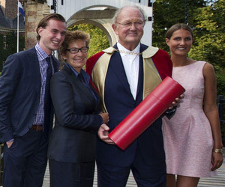 (VLNR) Zoon Vincent, vrouw Janine, Joop van den Ende en dochter Iris, in september bij de opening van het nieuwe academisch jaar. Van den Ende ontving een eredoctoraat voor zijn ondernemerschap van de Nyenrode Business Universiteit . Beeld null
