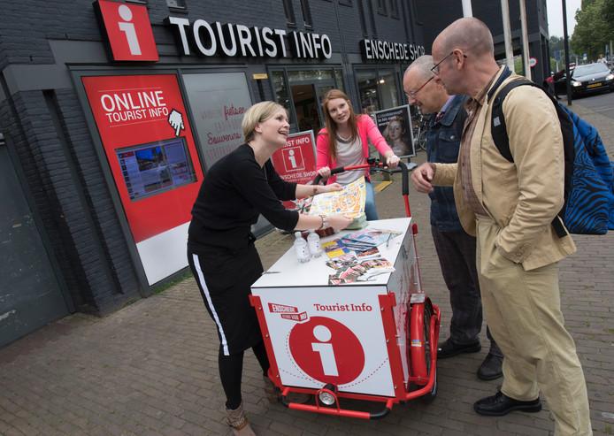 Linda Keurhorst (links) en Kirsten Nijkrake geven Jacob en Frans uit Groningen informatie vanachter hun bakfiets.