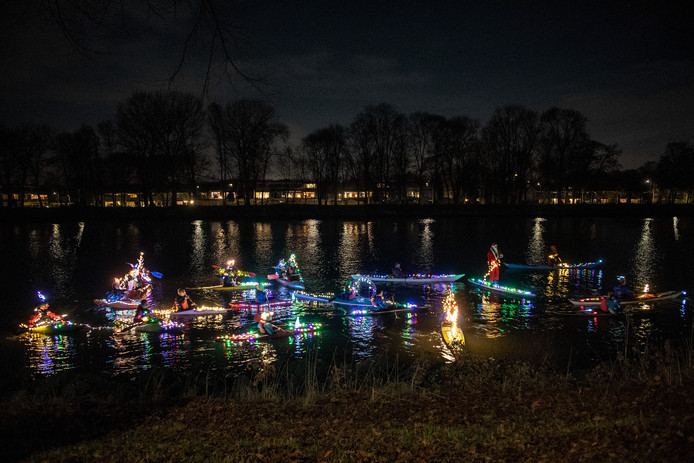 Versierde kano's van De Batavier bij het Maas-Waalkanaal.