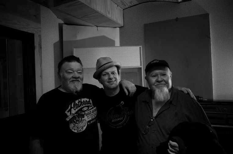 Tim Ielegems in de studio met twee van zijn grootste helden: James Harman (links) en Gene Taylor (rechts).