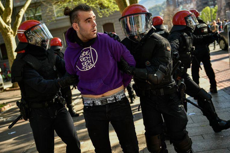 Een van de demonstranten wordt weggevoerd. Beeld AP