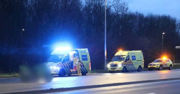 Motorrijder gewond bij ernstig ongeval in Oldenzaal, omstanders verlenen eerste hulp.