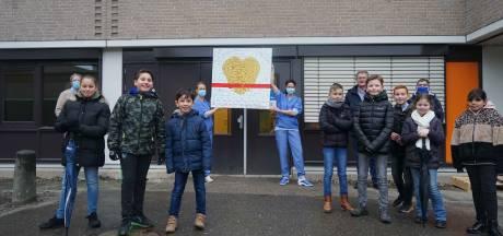 Ontroerend: schilderij van kinderen De Stapvoorde in Almelo bezorgt Covid-19 verpleegkundigen kippenvel