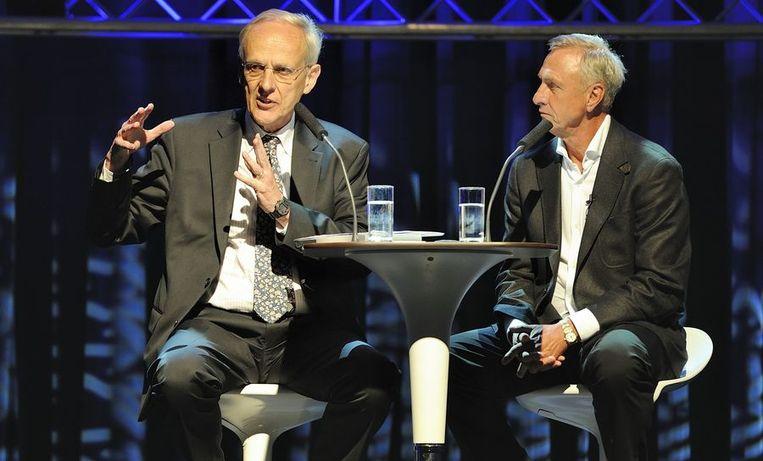 Johan Cruijff (r) eerder deze week tijdens het honderdjarig jubileumcongres van de Vereniging van Nederlandse Gemeenten met Pieter Winsemius (l). Beeld anp