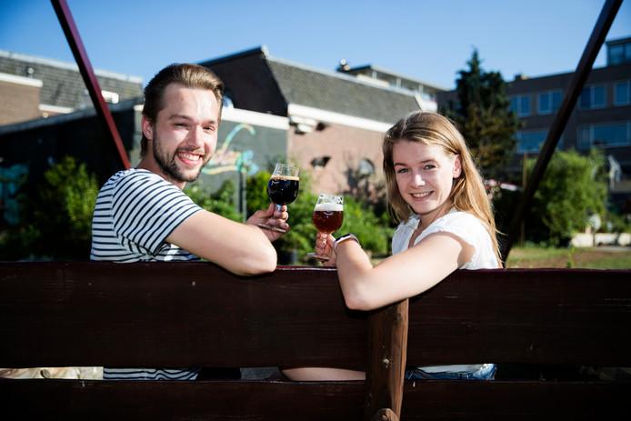 Kevin Hageman en Loes van Impelen met hun bier.
