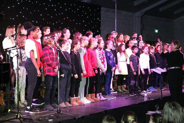 De leerlingen van de Academie in actie op het podium.